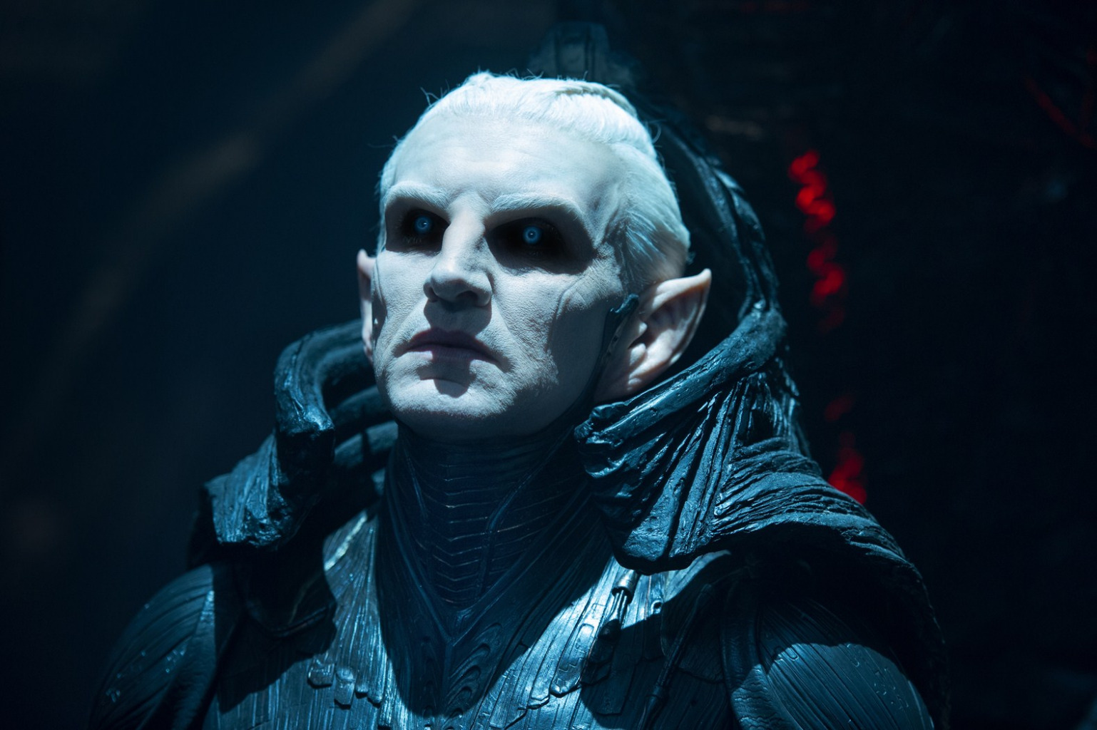 Dunkelelf Malekith (Christopher Eccleston) schaut finster