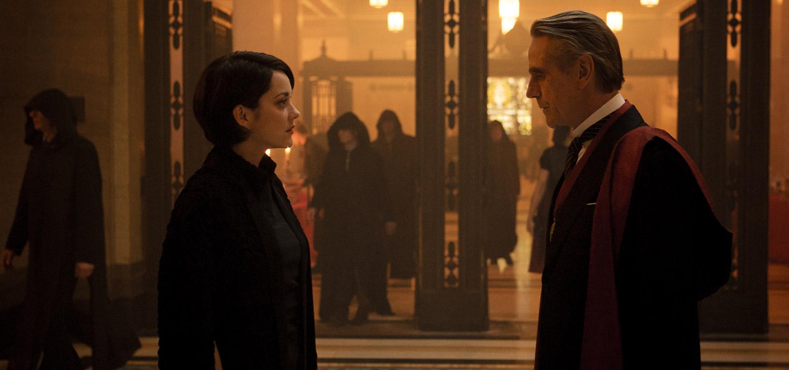 Szenenbild: Die Vertreter der Templer Sofia Rikkin (Marion Cottilard) und ihr Vater (Jeremy Irons)