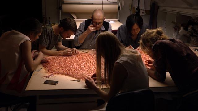 Viele fleißige Hände in Diors Schneiderwerkstatt